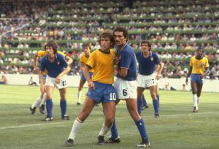 Zico é marcado por Claudio Gentile, da Itália, na Copa de 1982.