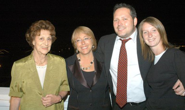 Bachelet junto com sua mãe, o filho mais velho e a nora.