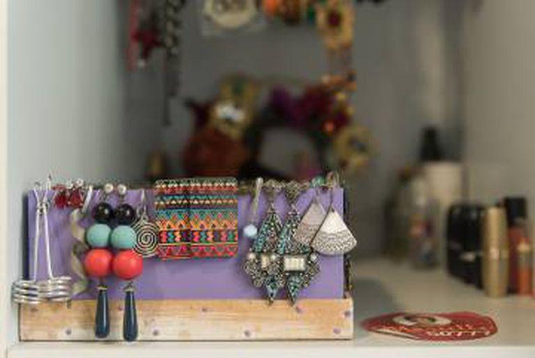 Os brincos que Marielle gostava de usar ainda estão na casa.