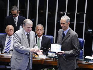 Carlos Alberto da Veiga Sicupira, recebe uma homenagem no Senado