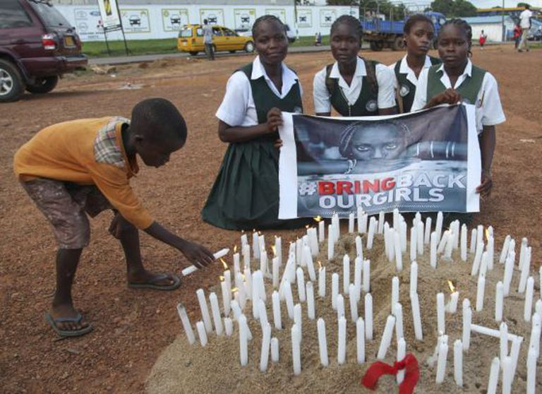 Estudiantes liberianas acendem vai-as para apoiar às jovens nigerianas sequestradas.