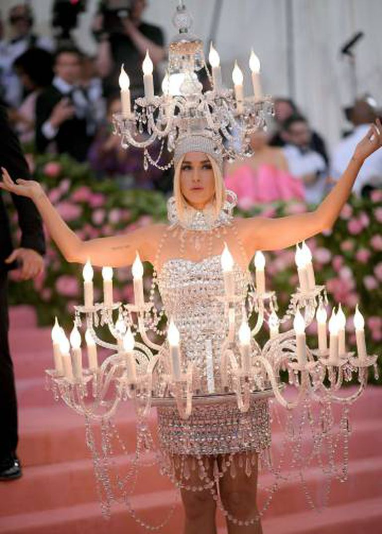Katy Perry, a mulher-candelabro.