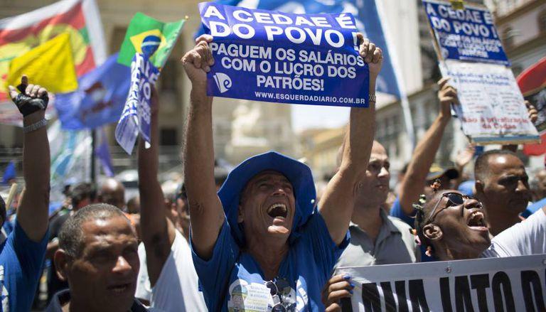 Trabalhadores da Cedae protestam no centro do Rio nesta segunda.