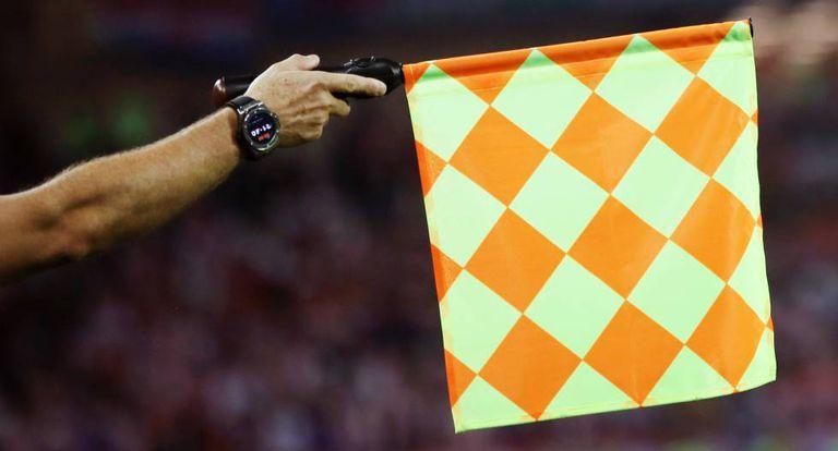 Bandeirinha marca impedimento no jogo entre Croácia e Nigéria.