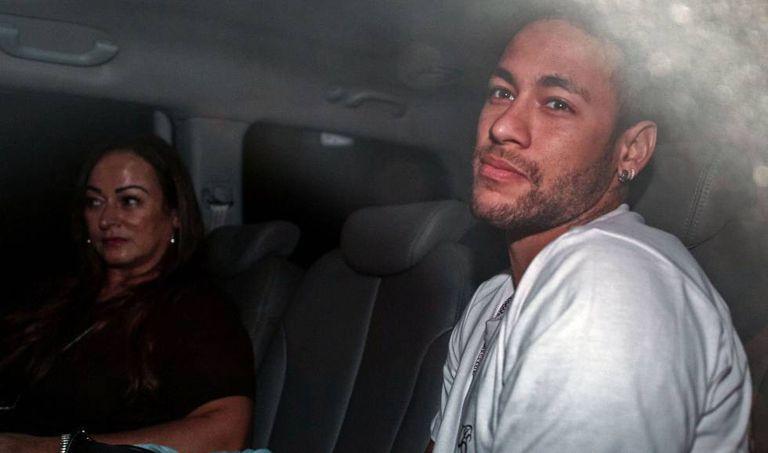 Neymar, na chegada ao hospital de Belo Horizonte ontem à noite.