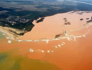 Tsunami de rejeitos chegou até o litoral do Espírito Santo.