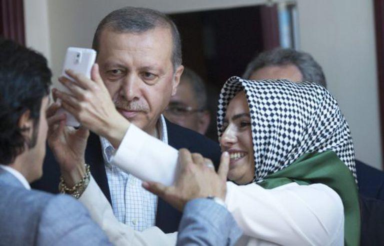 Mulher tira selfie com o presidente da Turquia.