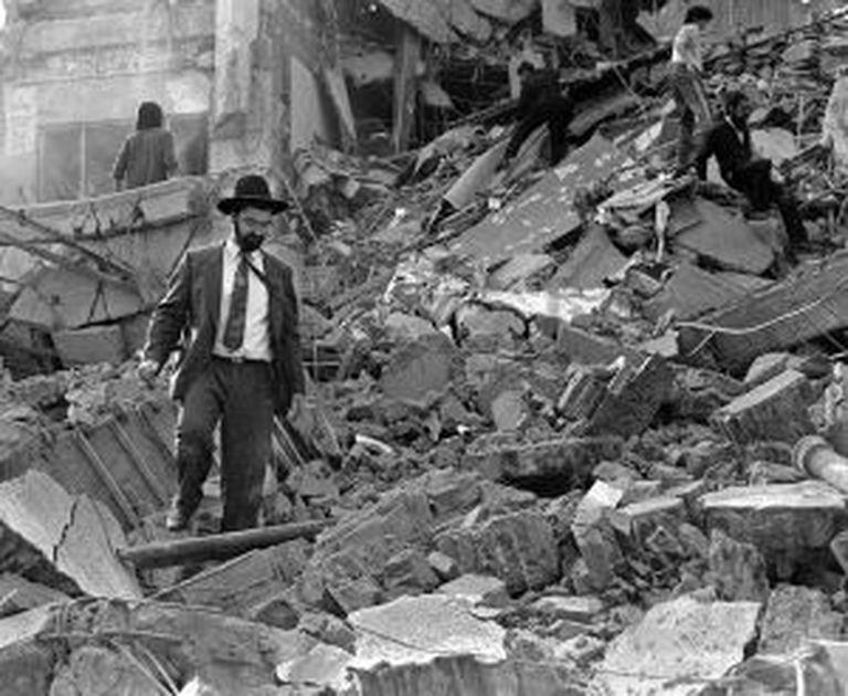 Um homem perambula por entre os escombros da sede da AMIA, após atentado de 18 de julho de 1994.