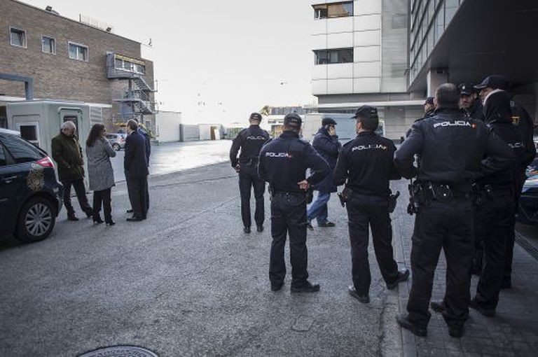 Policiais e membros da diretoria do EL PAÍS e PRISA, na sede.