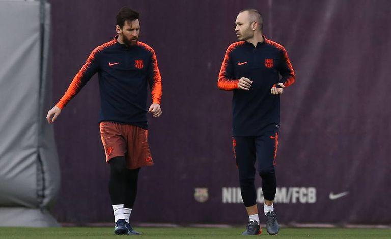 Messi e Iniesta se preparam para o jogo contra o Real Madrid.