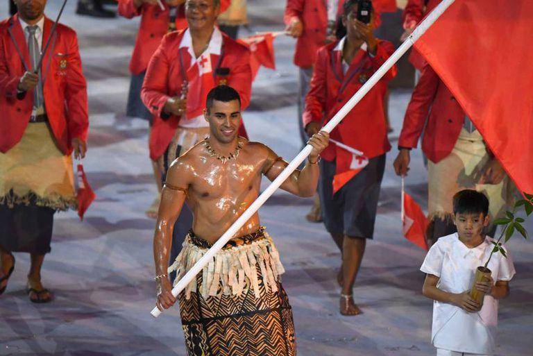 O torso besuntado do porta-bandeira de Tonga, o atleta Pita Taukatofua, o transformou em alvo de memes.