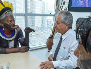 Costa, ao centro, em reunião com líderes indígenas.