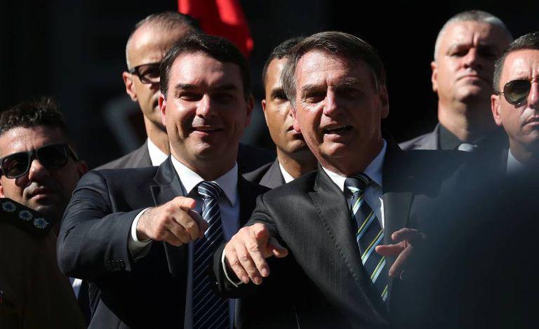 Flávio e Jair Bolsonaro, no dia 6 de maio em cerimônia no colégio militar do Rio.
