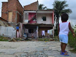 Uma criança observa os escombros de uma casa na Vila Autódromo, em março deste ano.