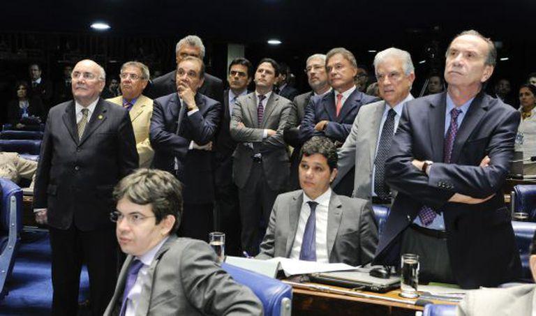 Parlamentares (de oposição, em maioria) em sessão no Senado.