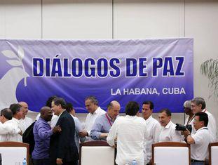 Iván Márquez e De la Calle dão-se as mãos diante do chanceler cubano, Bruno Rodríguez
