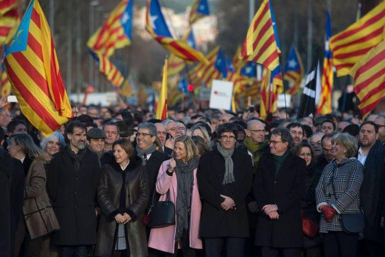 Representantes do Governo catalão apoiam de Artur Mas, na segunda-feira, em Barcelona.