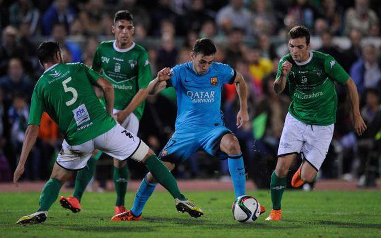 Munir, rodeado por jogadores do Villanovense.