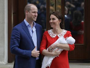 O príncipe William e Kate Middleton, a duquesa de Cambridge, deixam o hospital com o terceiro filho do casal.