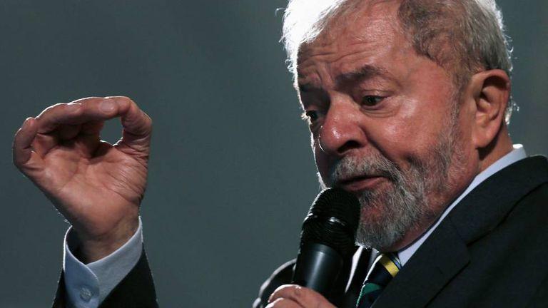 O ex-presidente Lula discursa após depoimento a Moro em Curitiba no dia 10 de maio.