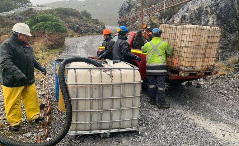 Foto distribuída pela Marinha chilena mostra funcionários trabalhando para conter o vazamento de diesel na Patagônia.