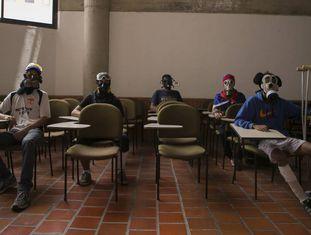 Estudantes universitários membros La Resistencia, que protesta contra o Governo de Maduro.