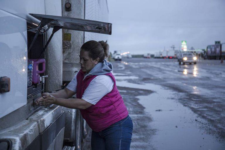 Clara Fragoso tenta consertar o sistema de refrigeração da câmara frigorífica.