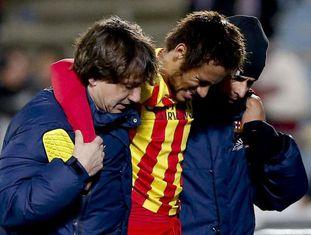 Neymar deixa o campo carregado após a lesão.