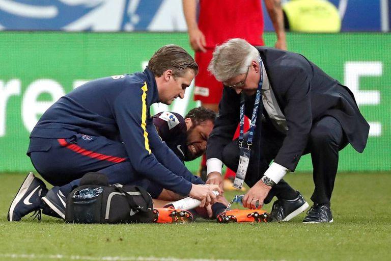 Daniel Alves após ter se lesionado durante a final da Copa da França.