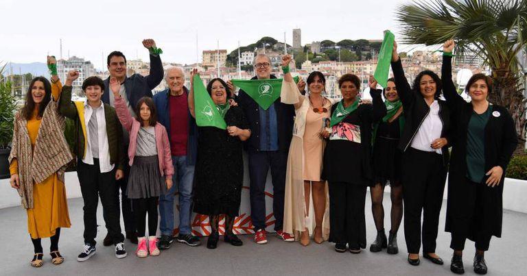Ativistas e equipe de 'Que Sea Ley' posam diante da imprensa. Entre eles, o senador e cineasta Pinheiro Solanas (de pulôver vermelho) e o diretor do filme, Juan Solanas (de óculos).