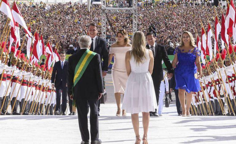 Michel e Marcela Temer recebem Bolsonaro, Mourão e suas mulheres na rampa do Palácio do Planalto, no dia 1º.