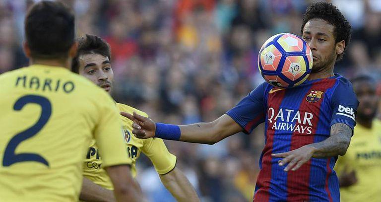 Neymar controla a bola diante do Villarreal.