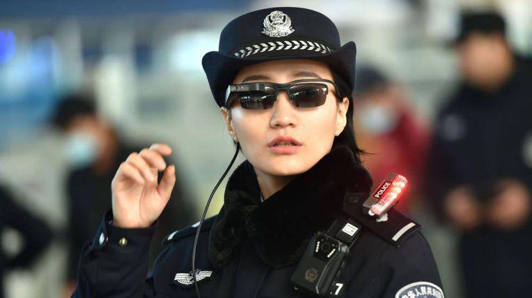 Policial usa óculos com tecnologia de reconhecimento facial na cidade de Zhengzhou