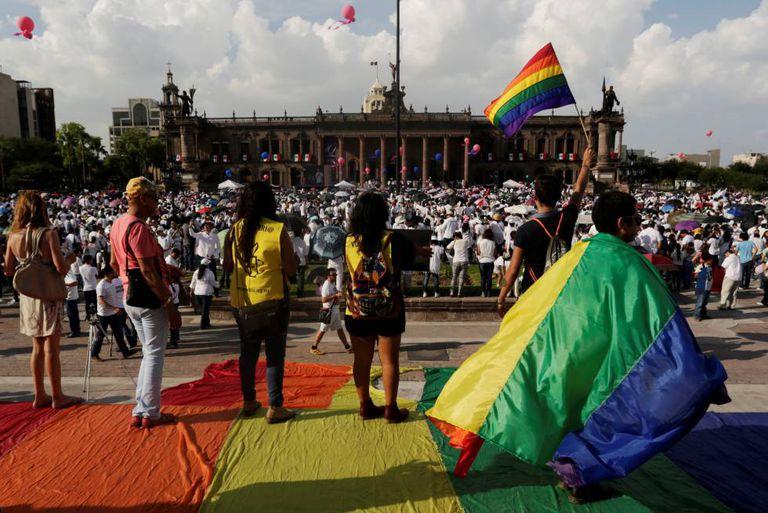 Ativistas erguem bandeiras LGBT