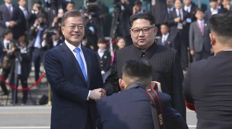 Cerimônia de boas-vindas antes da reunião entre Kim Jong-un (à direita) e Moon Jae-in na Casa da Paz em Panmunjom, na zona desmilitarizada, a primeira cúpula de líderes coreanos em 11 anos