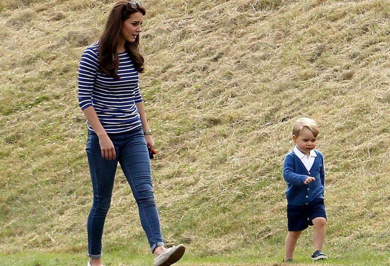 Kate Middleton e o príncipe George em uma partida de polo em 2015.
