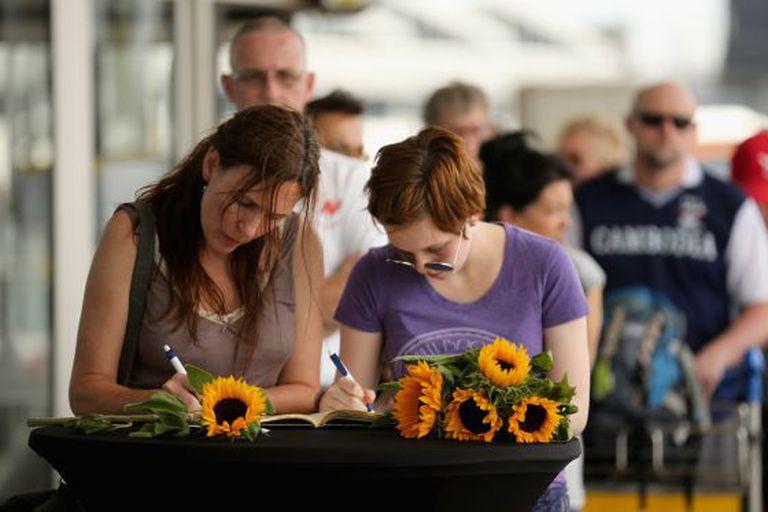 Várias pessoas formam fila para assinar o livro de condolências no aeroporto de Schiphol, em Amsterdã.