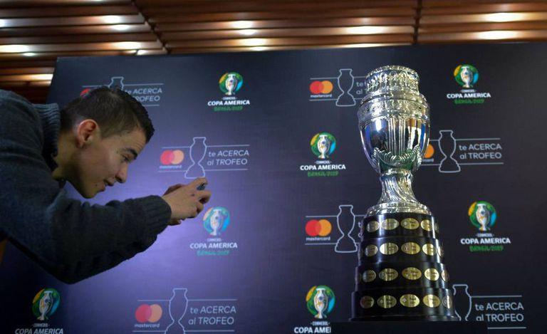 Fã tira foto do troféu da Copa América.