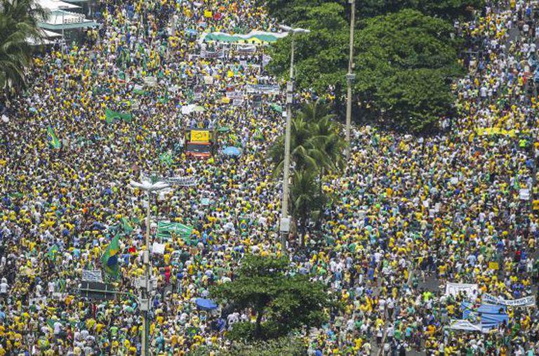 Milhares, de verde e amarelo, protestam no Rio.