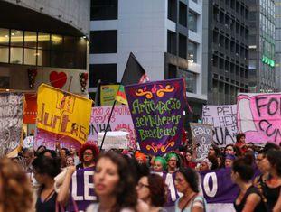 Mulheres protestam contra Cunha na Avenida Paulista.