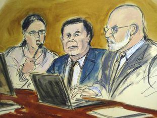 El Chapo (ao centro) com sua intérprete e um advogado de defesa, no julgamento.