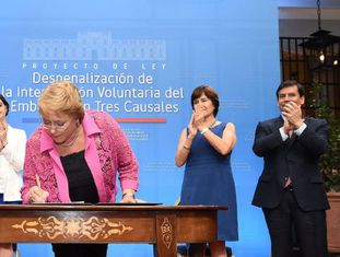 Michelle Bachelet assina o projeto de lei.