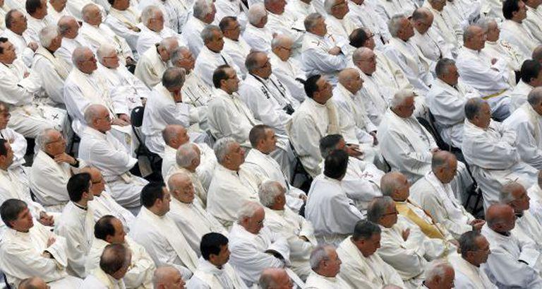 Imagem de arquivo de uma vista geral de um grupo de sacerdotes na Plaza del Obradoiro, em Santiago de Compostela.