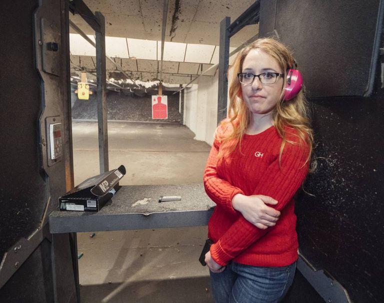 Gabriella Hoffman, de 26 anos, na galeria de tiro à qual costuma ir para praticar na Virgínia.