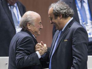 Michel Platini cumprimenta Sepp Blatter depois de sua reeleição.