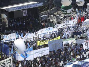 Ato da CGT diante do Congresso Nacional em Buenos Aires.