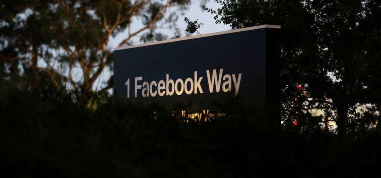 Placa de rua junto à sede do Facebook, em Menlo Park (Califórnia).