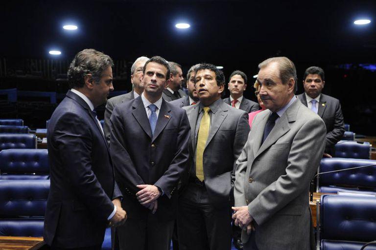 Capriles visita o Senado durante sessão deliberativa.