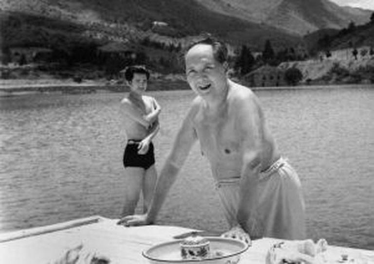Mao Tsé-Tung, em 1961, após nadar em um lago de Lushan.
