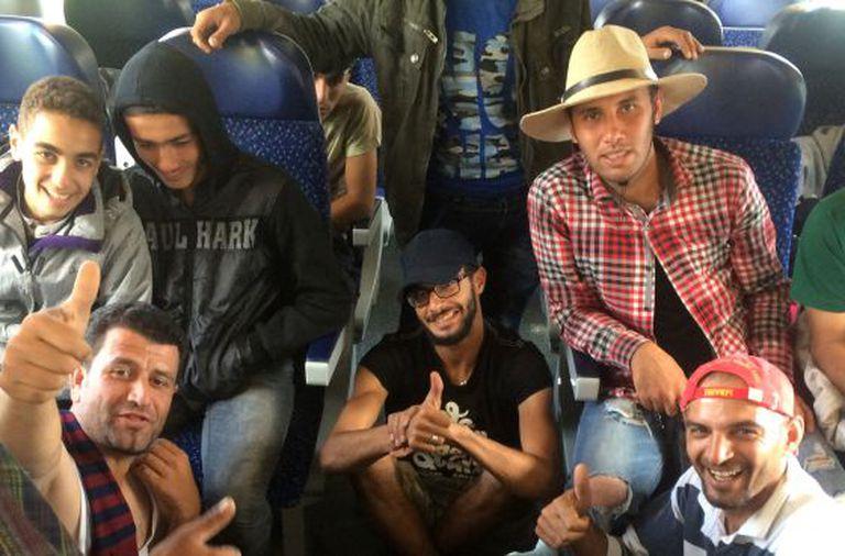Um grupo de refugiados no trem que os leva de Nickelsdorf a Salzburgo.